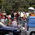 07010738 車のバリケードと若者たちの歓迎