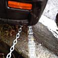 07010743 車は鎖とロープで繋がれている