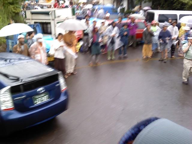 抗議の車が列になってます。